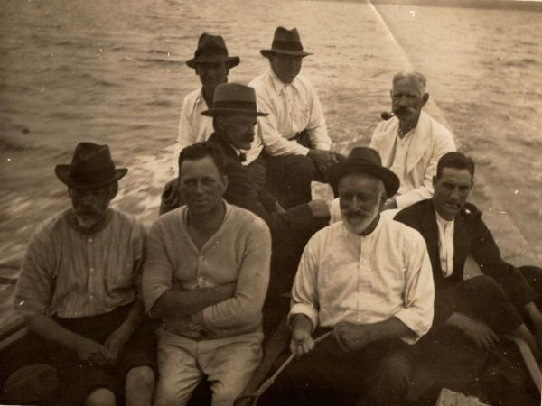 1924 field trip on Moreton Bay. WH Bryan is in the back row on the left. Photo credit: Prof. HC Richards, and courtesy of Bruce Martin.